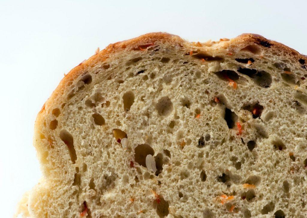 Pan casero super rápido en microondas de cebolla y zanahoria