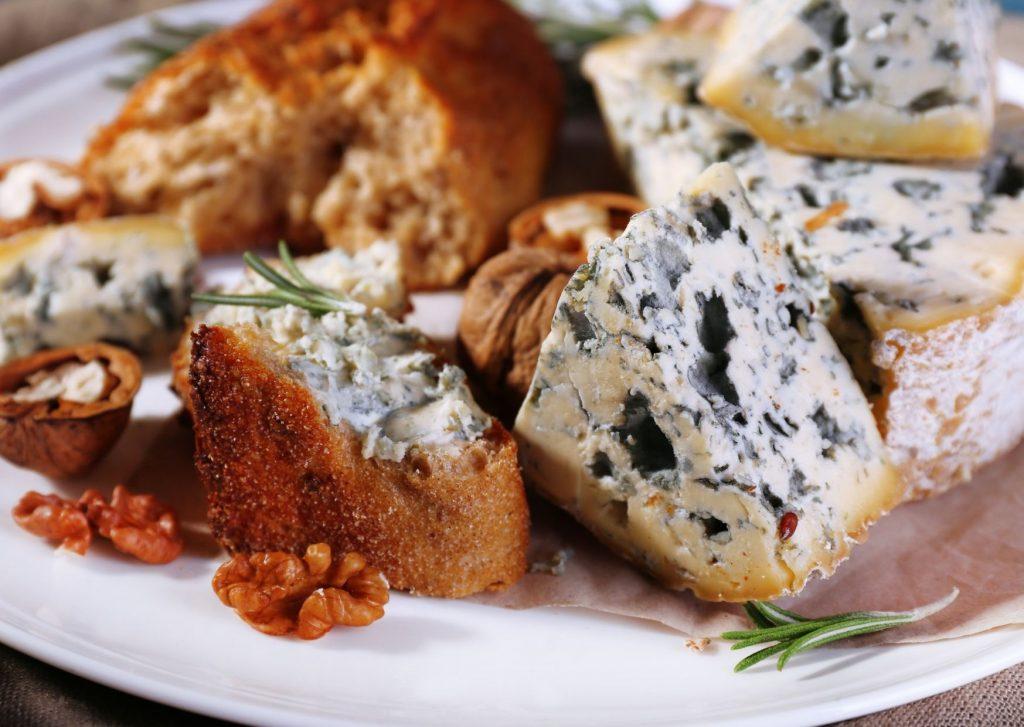 Delicia de pan saborizado con roquefort, nueces y cieruelas tiernizadas