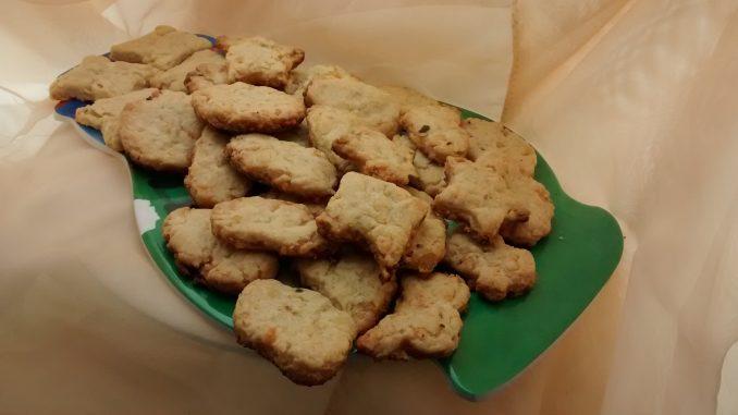 plato con galletitas