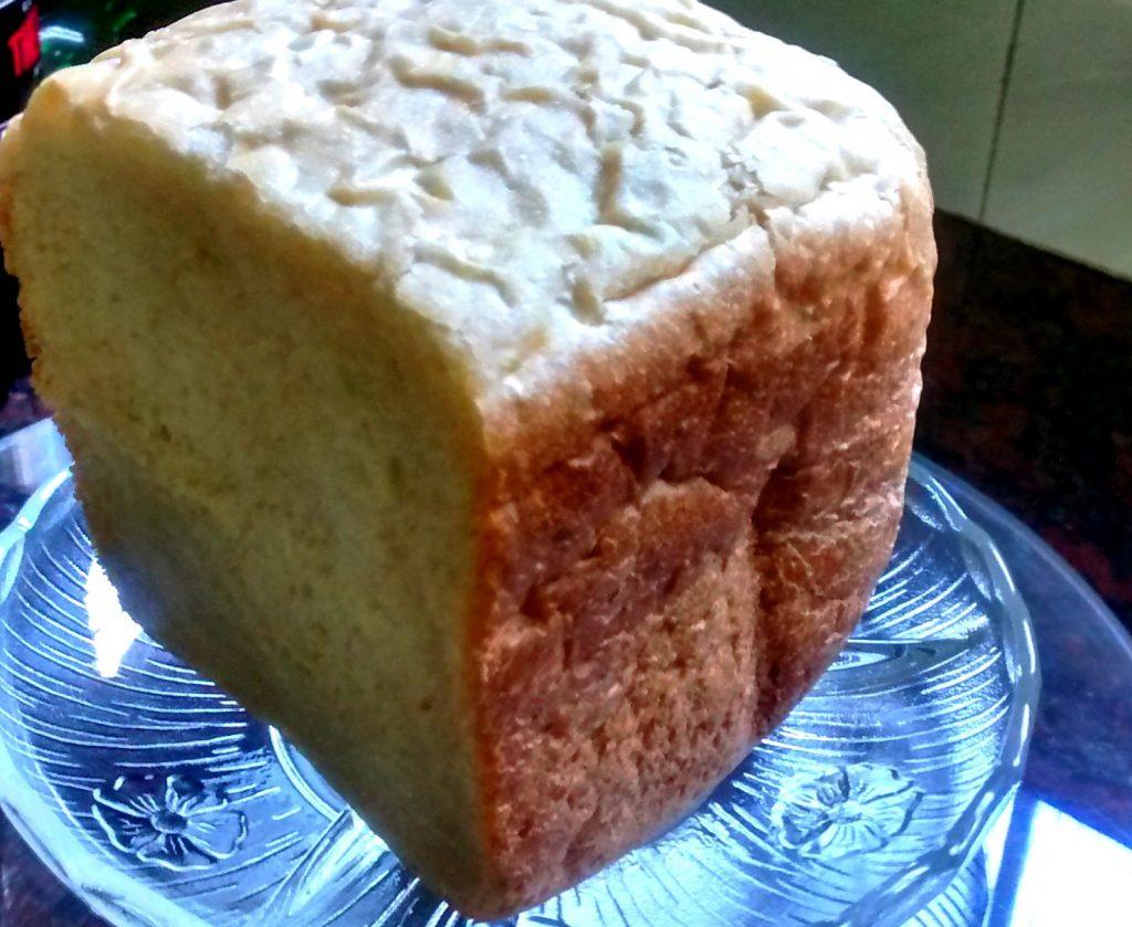 plato con trozo de pan molde